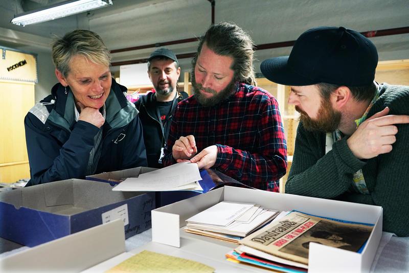 Tone Børstad (f.v.), Morten Haugdahl, Mathias Østrem og Bjørnar Bruket inspiserer donasjonen i magasinet på Rockheim. (Foto/Photo)