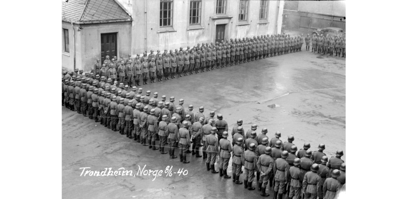 Tysk oppstilling ved Kalskinnet skole i 1940 (Foto/Photo)