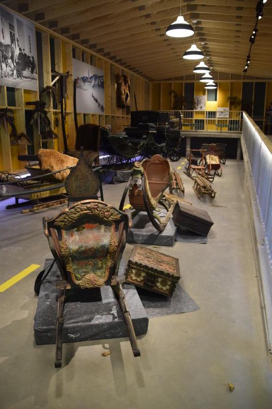 Utstilling av gamle kjøretøy før bilveien kom. (Foto/Photo)