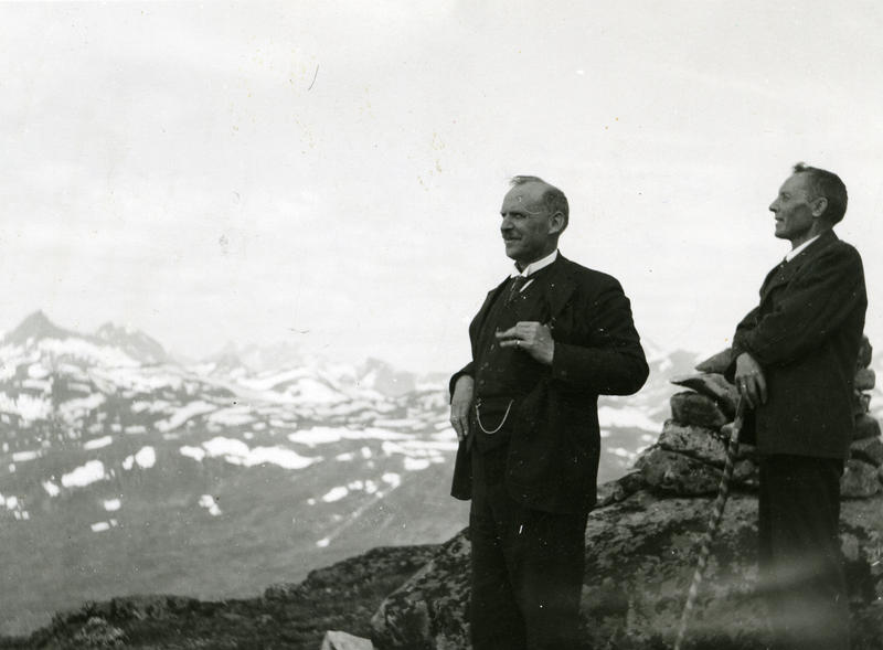 Innsamlingsferder i Valdres, 1934: Sigurd Islandsmoen (t.v.) tok turen via Tyin, Eidsbugarden og Bygdin under ein av sine tre folketoneferdar i Valdres. Fotograf: Knut Hermundstad. VFF 4-001156.