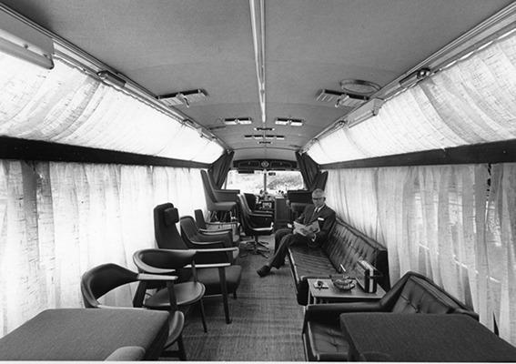 Interiør fra møbelbussen. Bilde utlånt av Per Rohde Natvig, hentet fra Vollen Historielags årbok. (Foto/Photo)