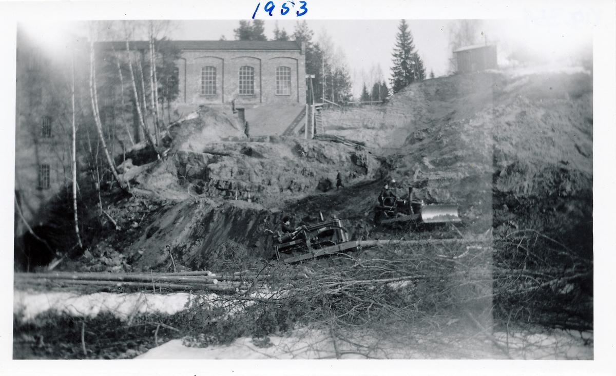 Anleggsmaskiner graver ut tomta til kraftstasjonen Kistefoss II ved siden av tresliperiet på Kistefoss.