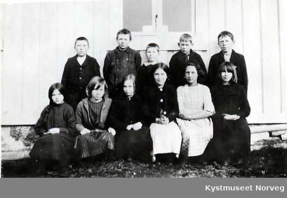 Skoleklasse fra Borgan. Fra venstre: Borghild Hestø Ramstad og Aslaug Hestø Borgan, ellers ukjente