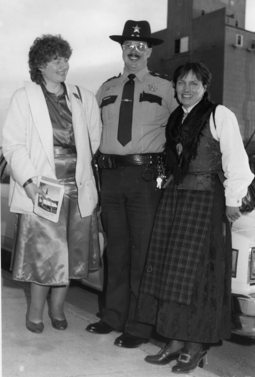 Sheriffen i Climax, USA hilser på Ruth Elise Kjelløkken og Astrid Mælan