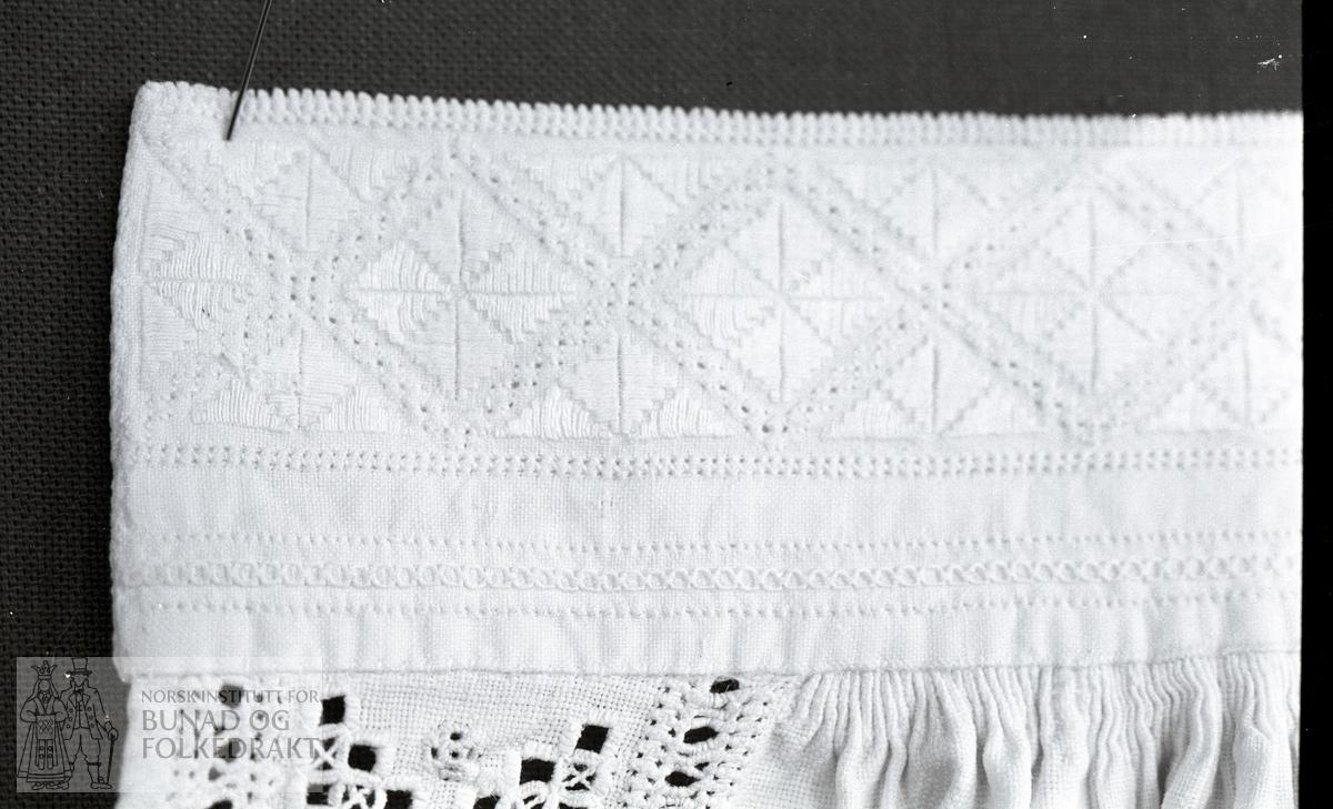 Nordhordlandsmessa nr. 45.  -  Halslinning:  4,5 x 37 cm.  Stolpebord:  4,5 x 13 cm.
