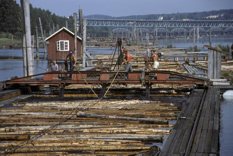 Foto av arbeidere som jobber på en av buntemaskinene på Fetsund lenser. (Foto/Photo)
