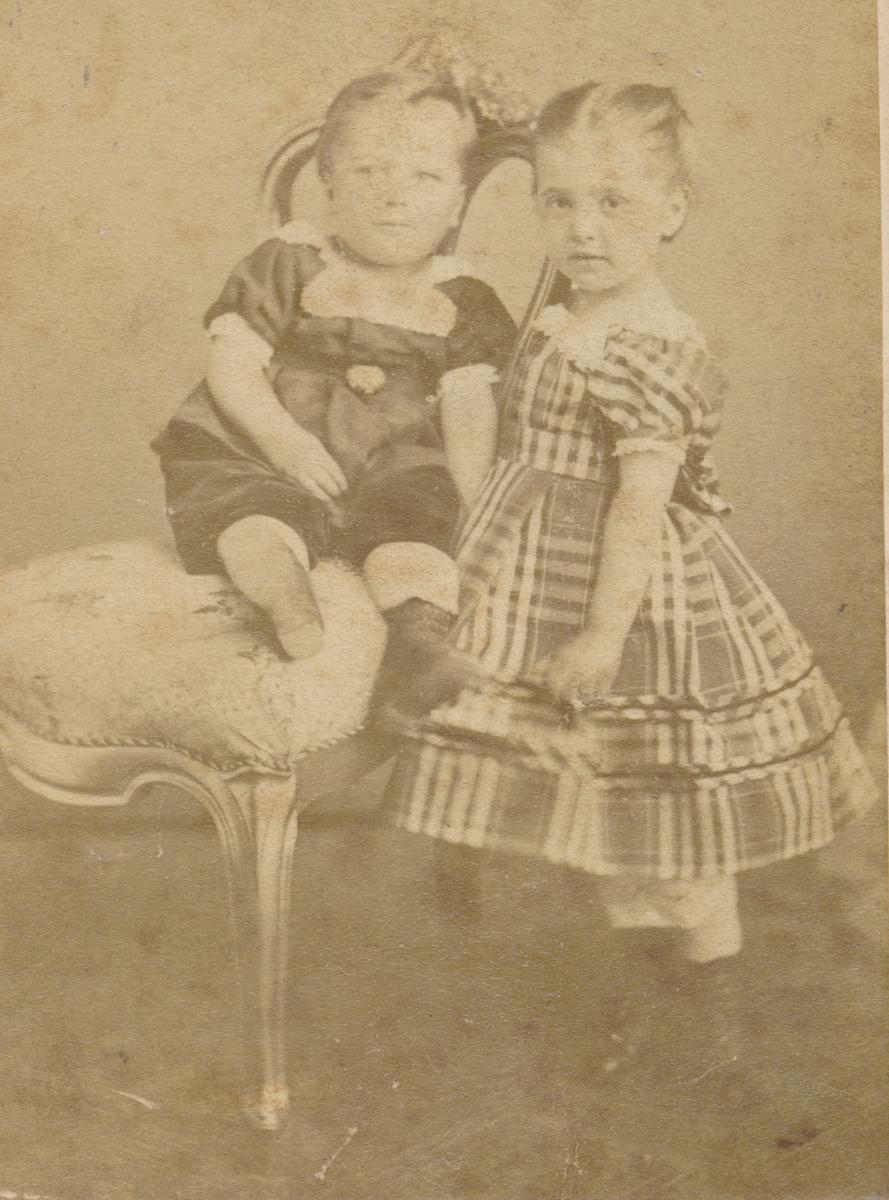 To små barn; en gutt? og jente, ukjente