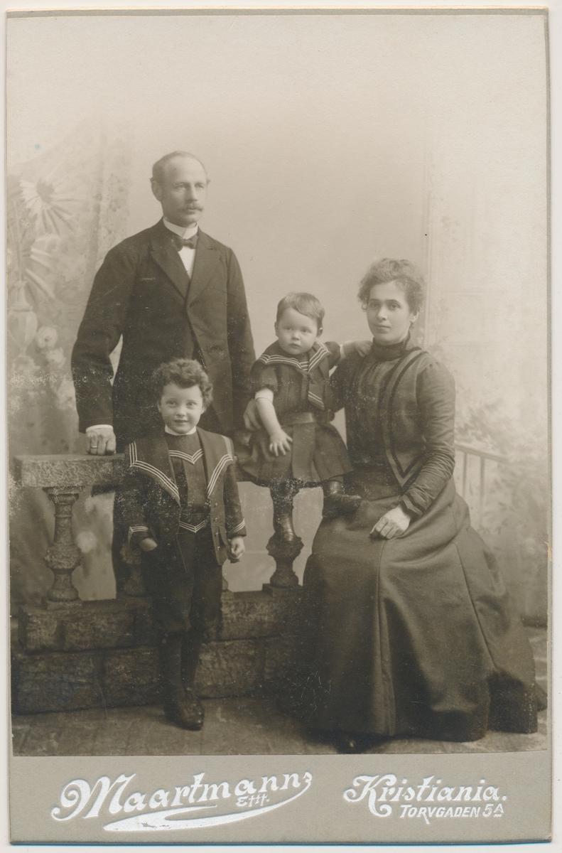 Familiefoto av familien Brevig. Mor, Karen Brevig, far og to barn.