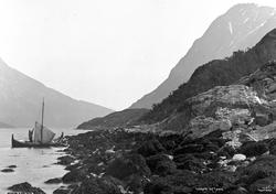 Prot: Ulfsfjorden ved Tjosen med Seilbaad