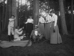 Medlemmar ur familjen Almgren på utflykt, troligen vid Svind