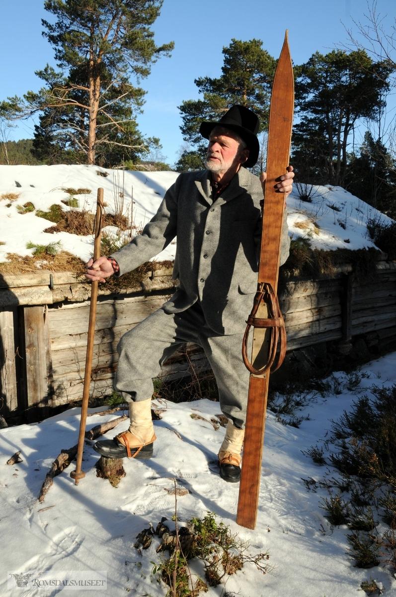 Aage Wold med vadmelsdress og skiutstyr frå tida da Otto Theodor Krohgs gikk på ski frå Daugstad til Måndalen i 1851. Klede, ski og stav utlånt frå Romsdalsmuseet. .(Sjå RB 12. mars 2011)