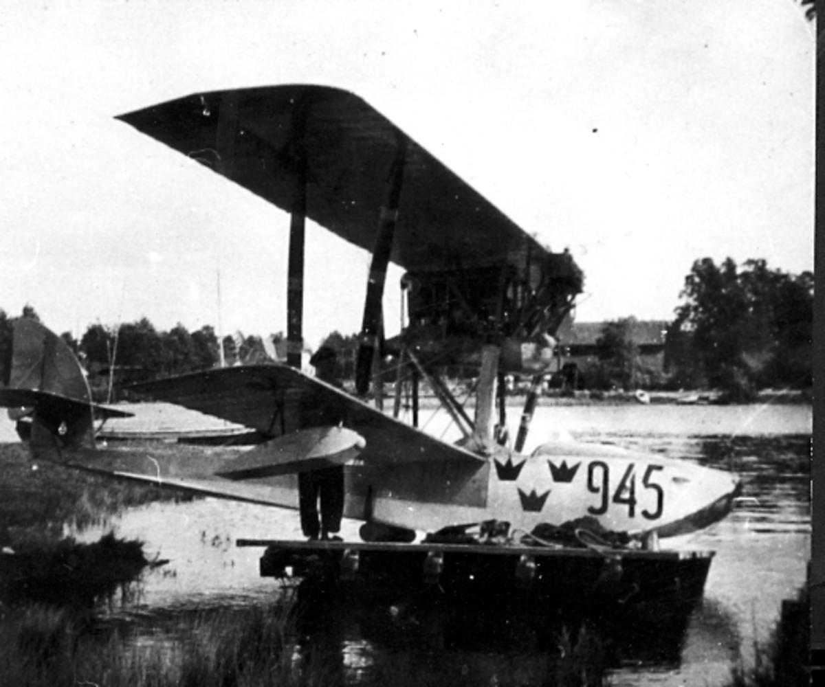 Karlsborg 1922. Macchi-flygbåten 945 vid kanalen i Rödesund efter nödlandning på Bottensjön pga motorkrångel. Här uppdragen på en mindre båtslip. Förare: Löjtnant Bång.