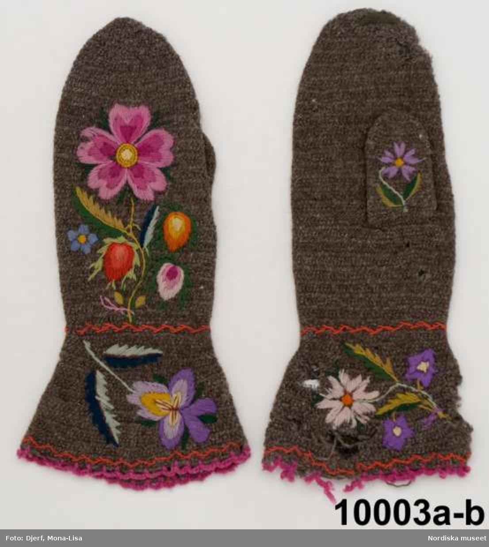 Ett par kvinnovantar a-b, av naturgrått ullgarn, nålbundna och sedan lätt valkade.  På handryggen broderad blomkvist med stor lilarosa blomma och rosenknoppar i röda nynser, rosalila och gult/orange, bladverk i flera gröna nyanser ullgarn s.k Sefigarn sytt i plattsöm, schattérsöm och stjälksöm, på tummen en ensam lila blomma, och på kragen 2 olika blommotiv. kring handledenoch på kragens ytterkant en söm med rött garn och i kragens kant virkad udd av lila garn . Anm. Något malskadade  Kallas lokalt för Dalbyvantar och användes av både män och kvinnor. Sömmades i en variant av nålbindning som användes i Klarälvsdalen. Se vidare historik i boken Vinterblomster av Elisabeth Jacks Svantesson, Algusta förlag 2011. /Berit Eldvik 2013-03-19