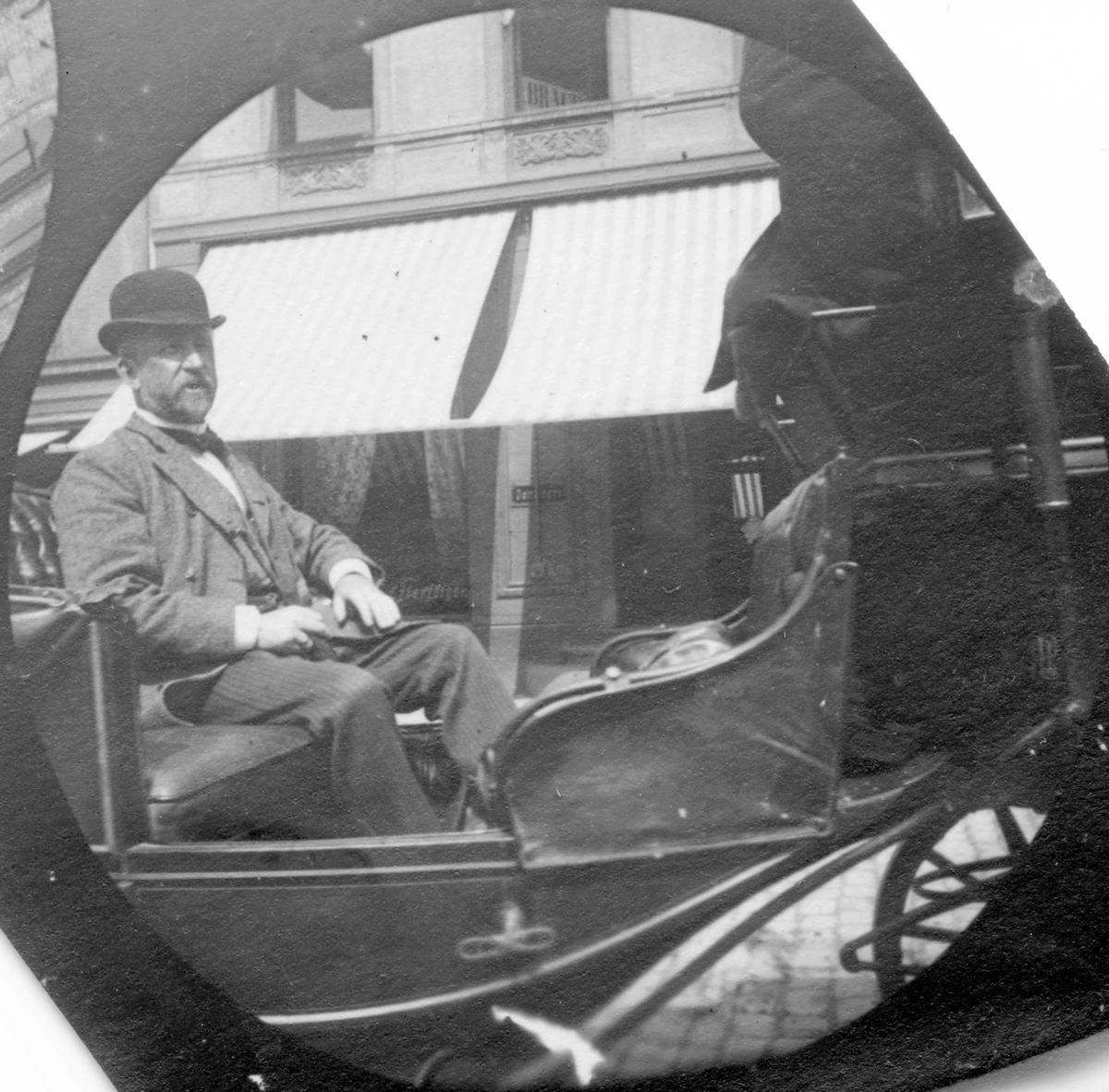 Professor Blytt i vogn foran bygård, Oslo.