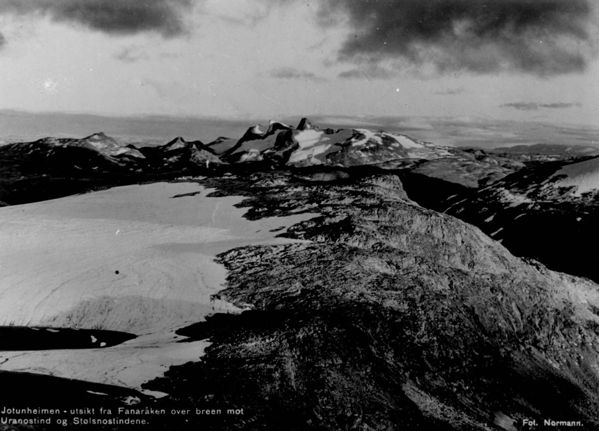 Avfotografert postkort. Utsikt fra Fanaråken over breen mot Uranostind og Stølsnostindene.