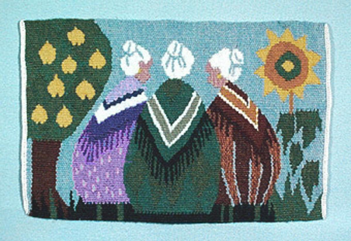 Liggande rektangulär flamskvävnad. Varp i tretrådigt lingarn, inslag i entrådigt ullgarn och tvåtrådigt lingarn. Ljusblå bakgrund, motiv med tre gummor med ryggen mot åskådaren - tant Gredelin, tant Grön och tant Brun. Omgivna av träd till vänster (brun stam, grön krona med gula päron) och solros till höger (grön stam och blad, gul blomma). Kantavslutad med langett och flätor som för varptrådarna till baksidan där de parvis är fästade med vit bomullstråd i kedjestygn.