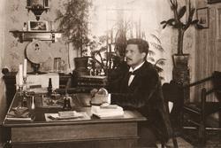Redaktör Gottfrid Frösell vid sitt skrivbord i bostaden. Frö