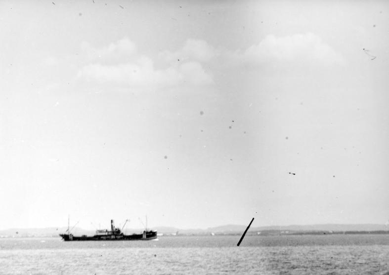 Göteborgs örlogsdepå. S/S Hakefjord av Göteborg, under gång utanför Hallandskusten innanför tremilsgränsen.  Fil. lic. Gunnar Jonssons undersökningsresa till västkusten juni 1940. 88.