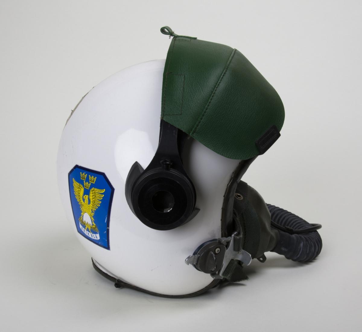 Flyghjälm av plast modell 113A. Komplett med syrgasmask. Den användes i all typ av svenskt flyg under 1970-talets senare del. Glasögonkåpa med skydd finns kvar.