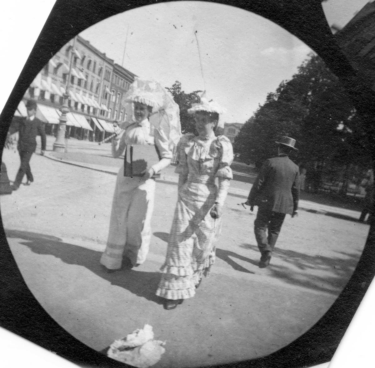 To damer spaserer langs Karl Johans gate, Oslo. Frk. Nandrup til høyre.